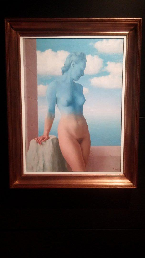 magritte-cuerpo-rojo-azul