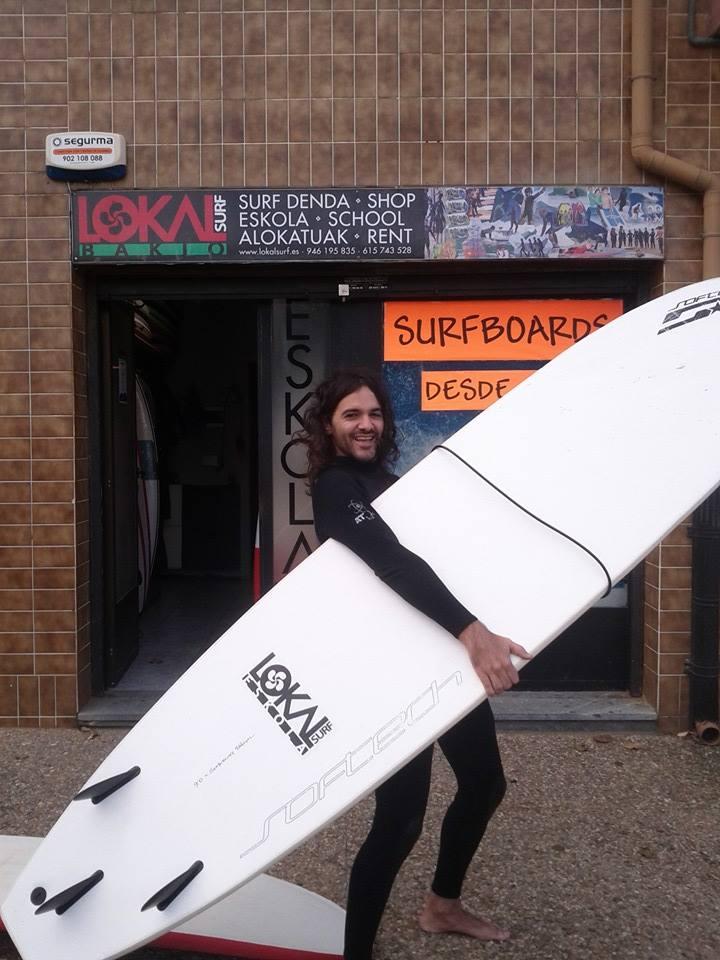 Lokal Surf Bakio: Foto con la tabla de surf